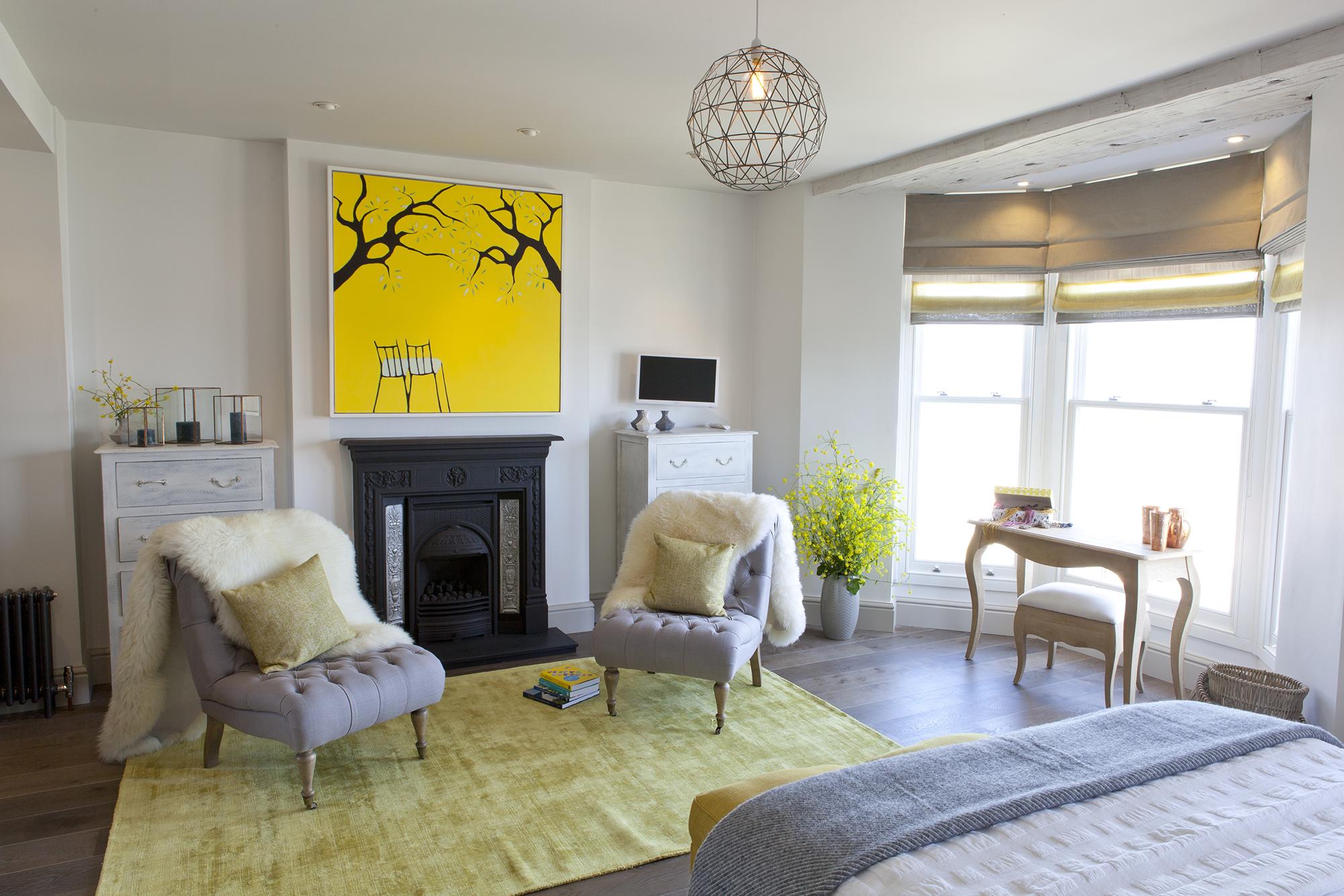 Желтый, серый и белый цвета в спальне