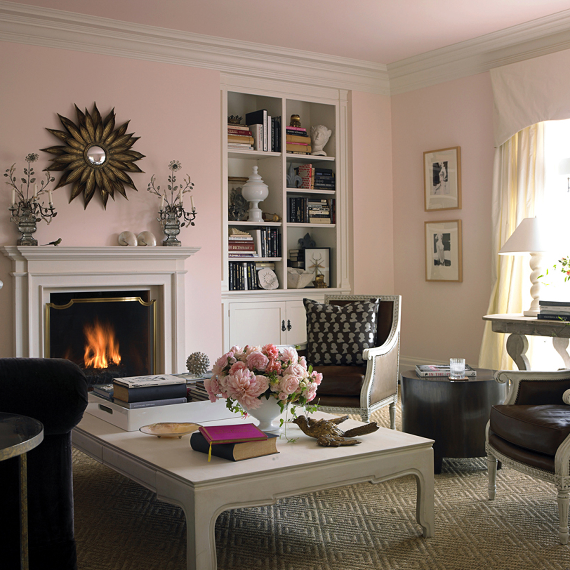 Сочетание розового, серого и коричневого в гостиной