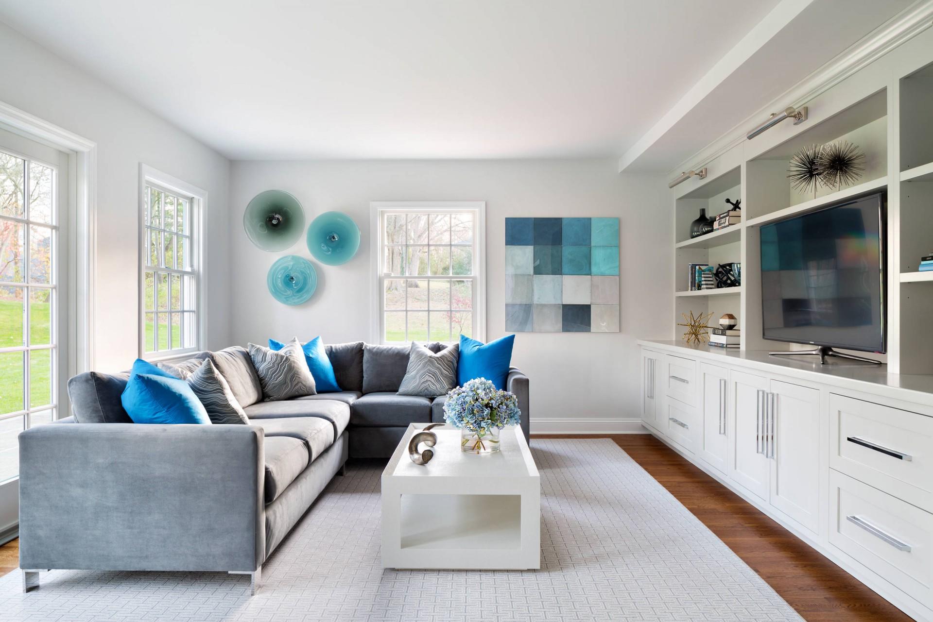 Сочетание бирюзового, синего, серого и белого в гостиной