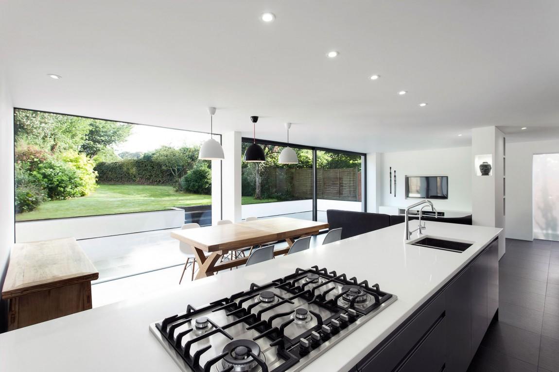 Интерьер современной гостиной-кухни в загородном доме