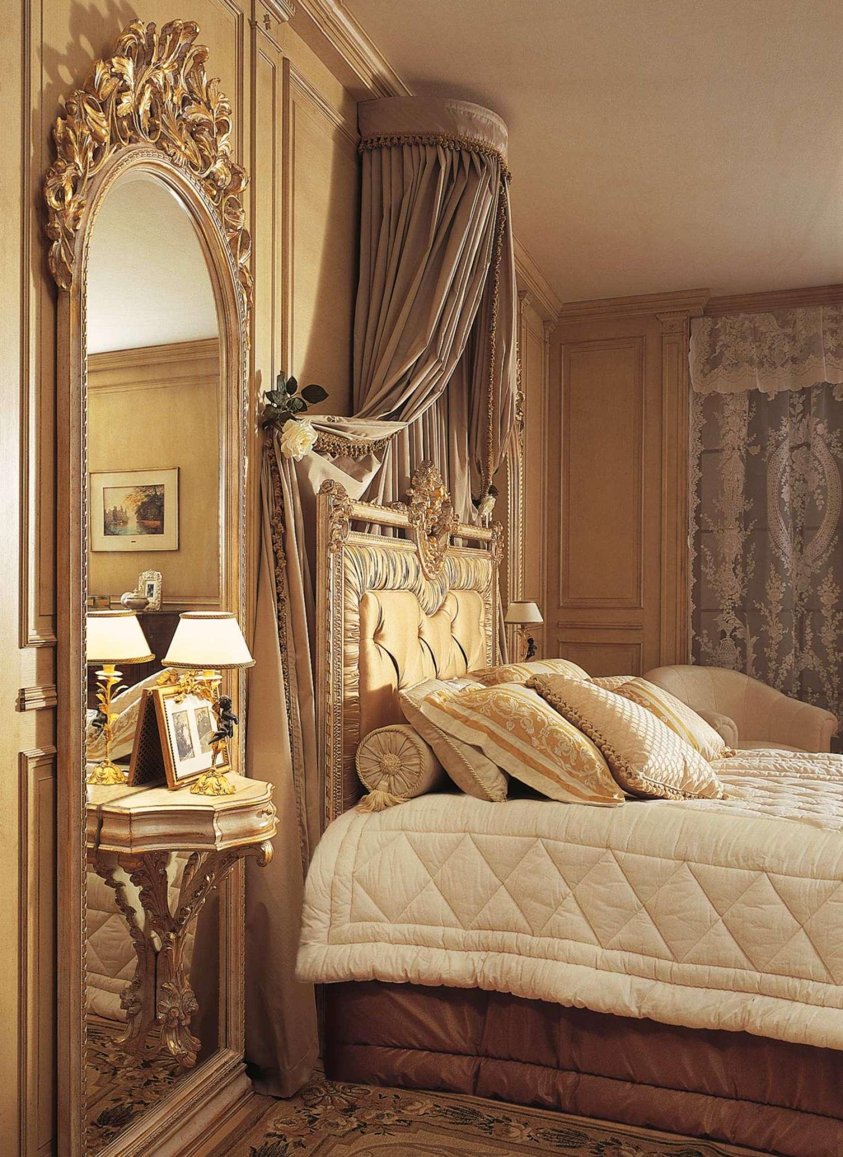 Необычный туалетный столик в классической спальне