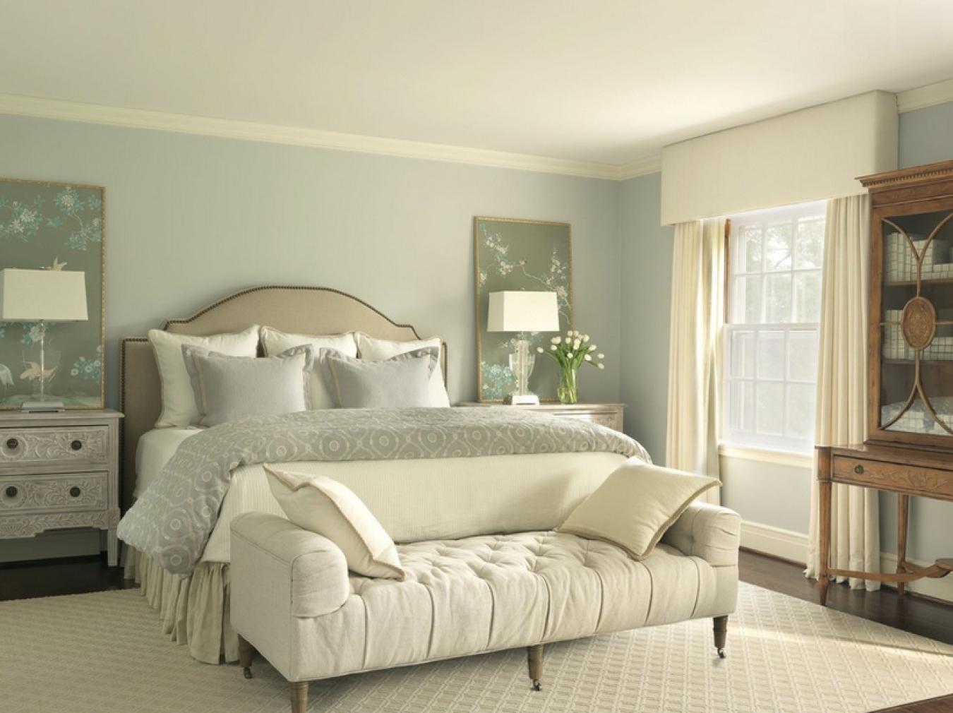 Кремово-голубая спальня в стиле классика