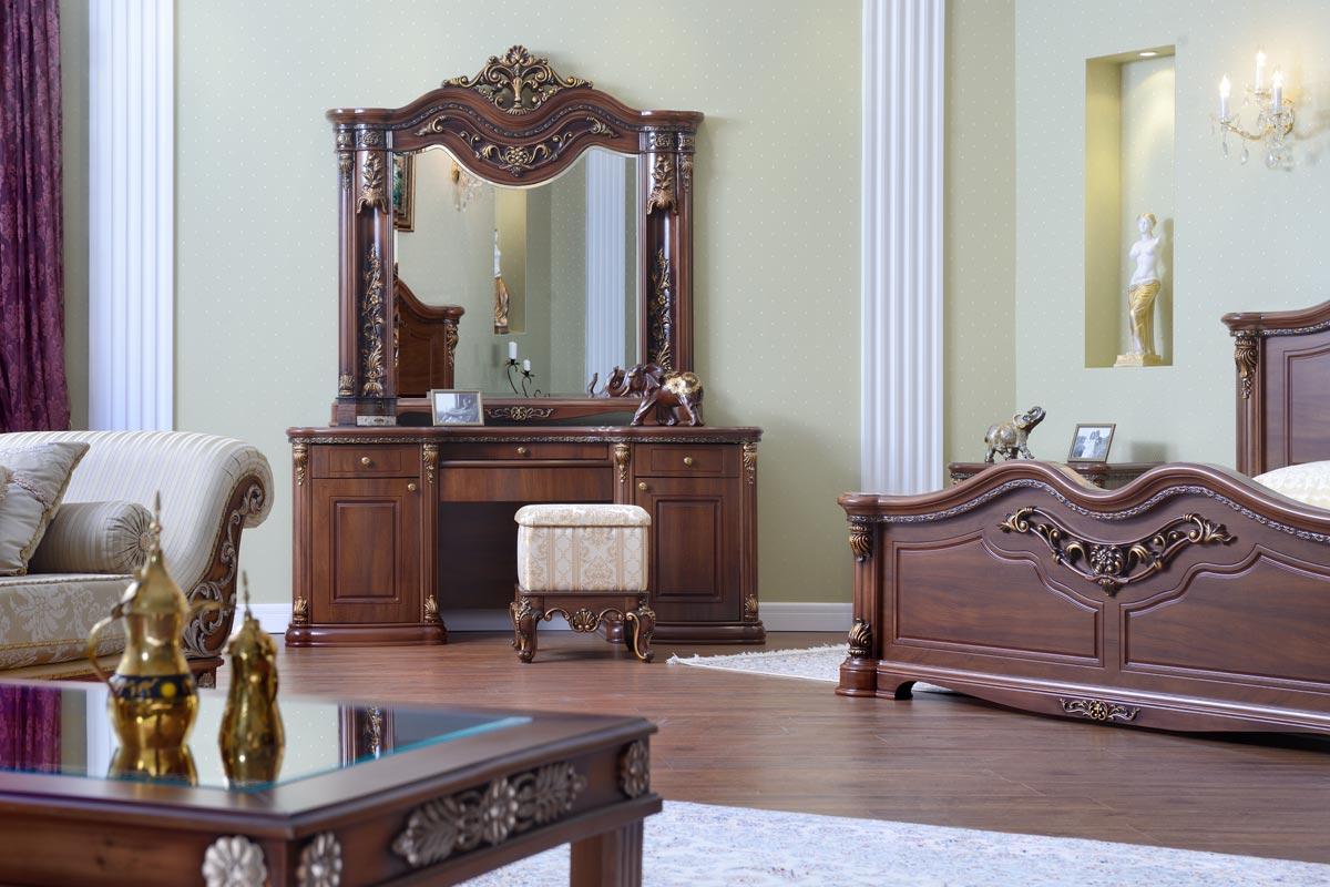 Интерьер большой классической спальни