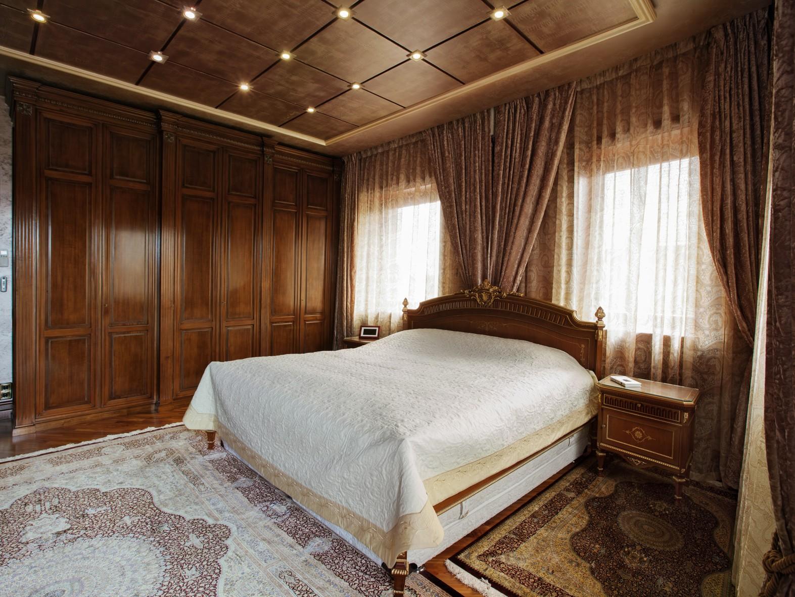 Коричнево-бежевая спальня в классическом стиле