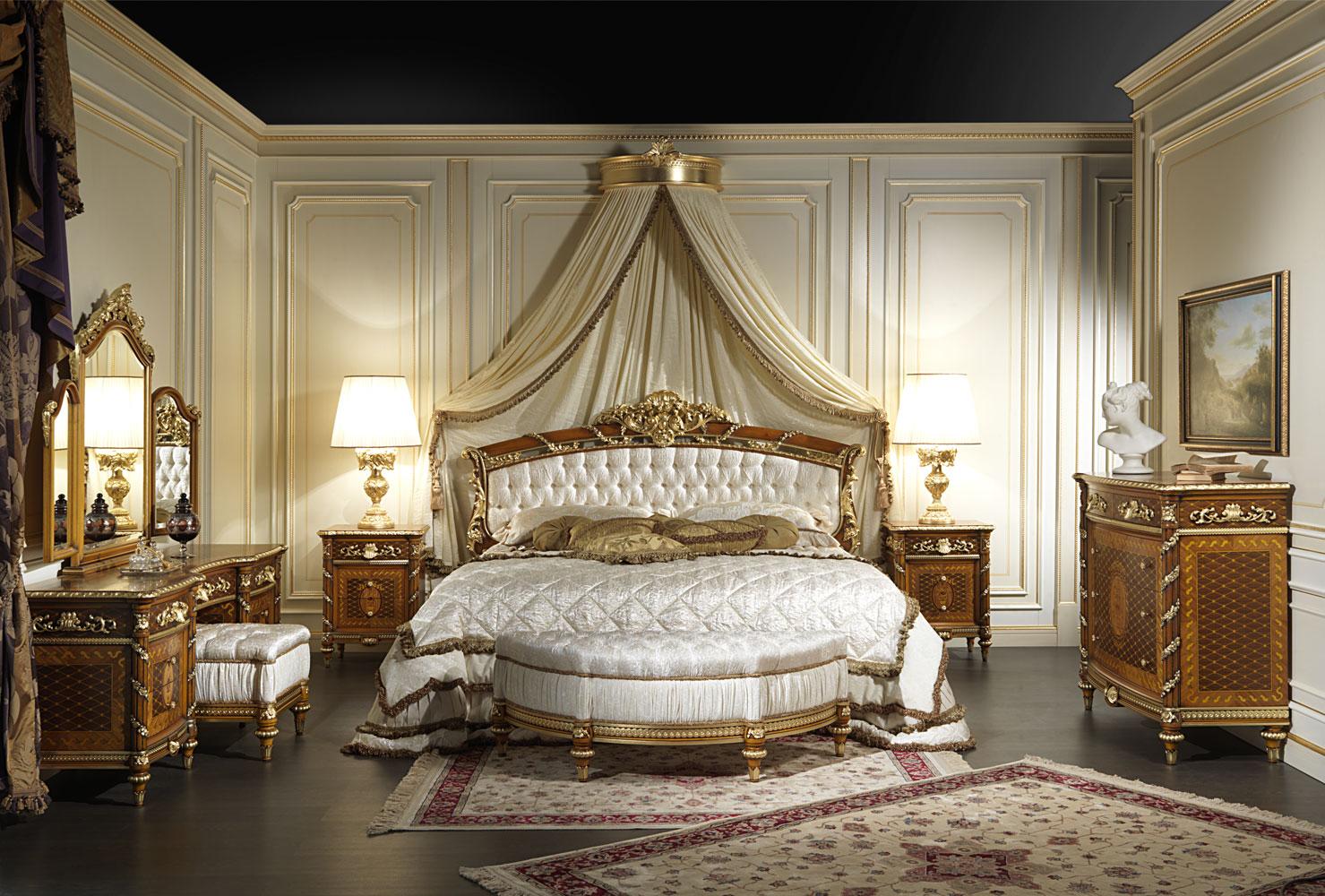 Обильный золотистый декор в классической спальне