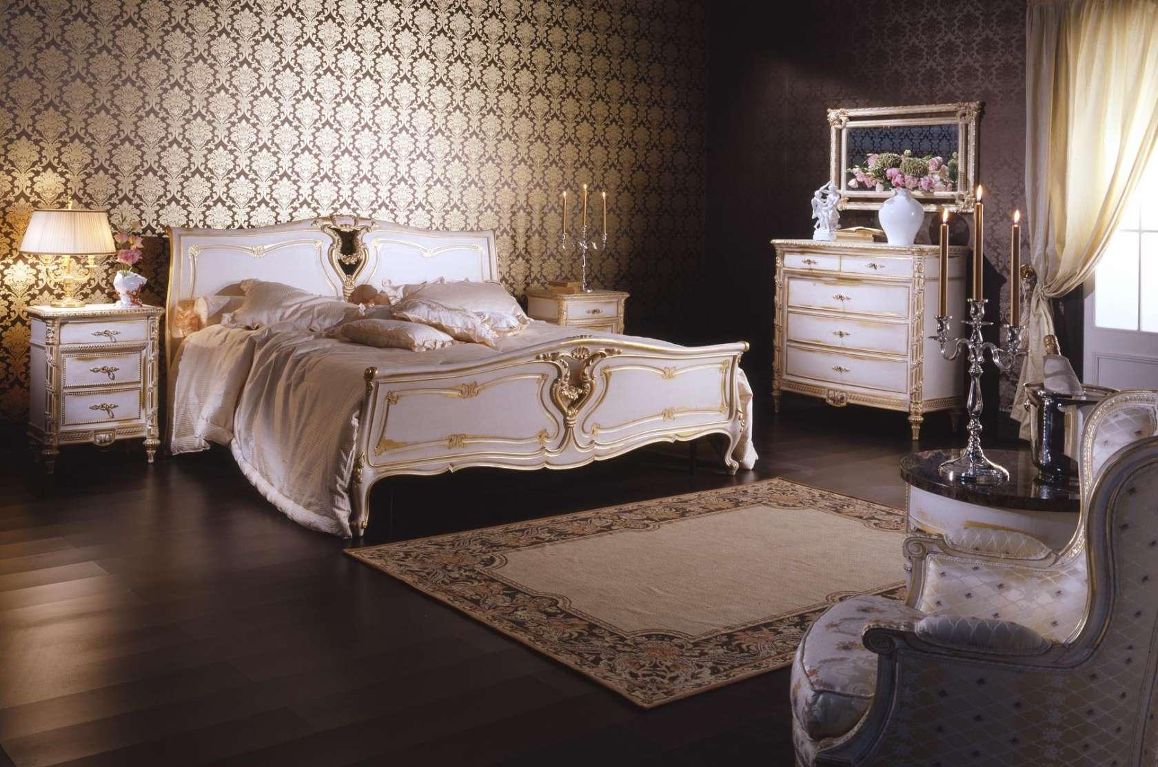 Золотисто-белая мебель в классической спальне