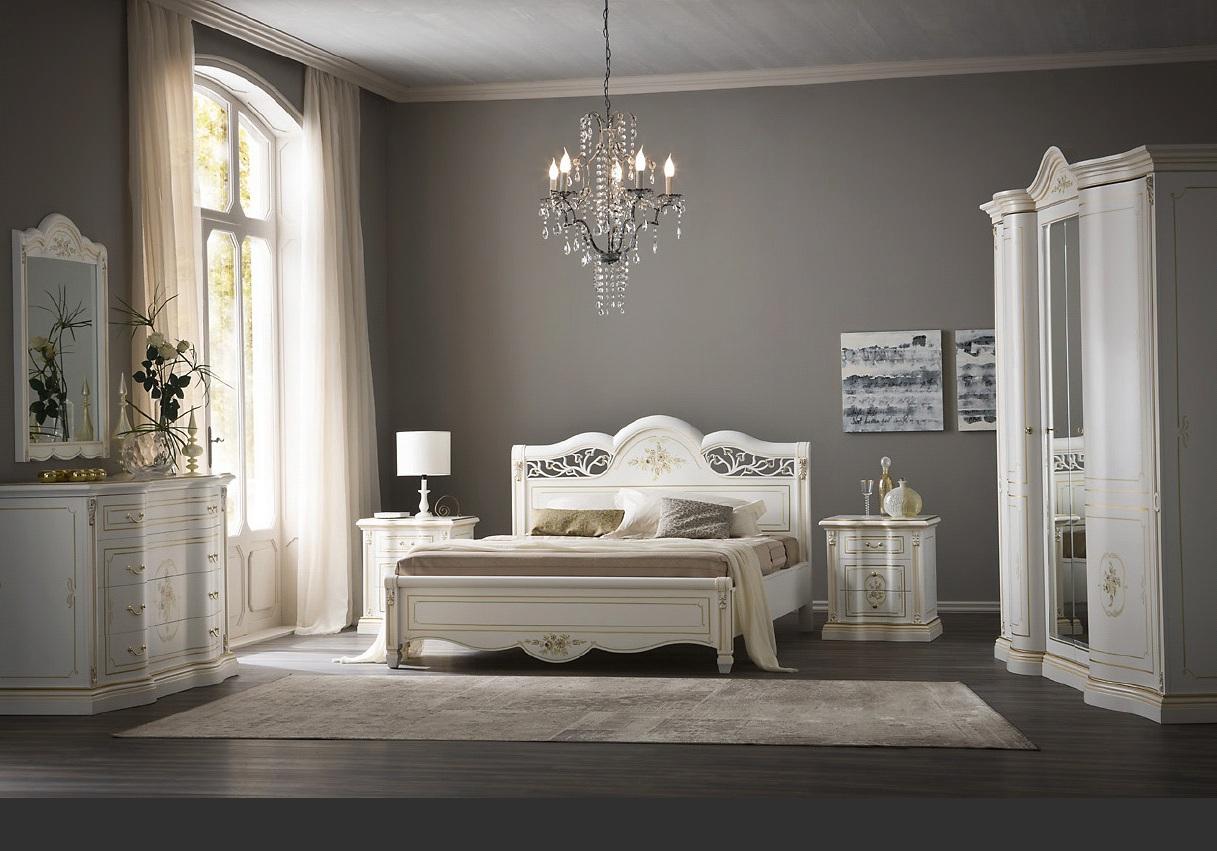 Золотисто-белая мебель в классическом интерьере спальни