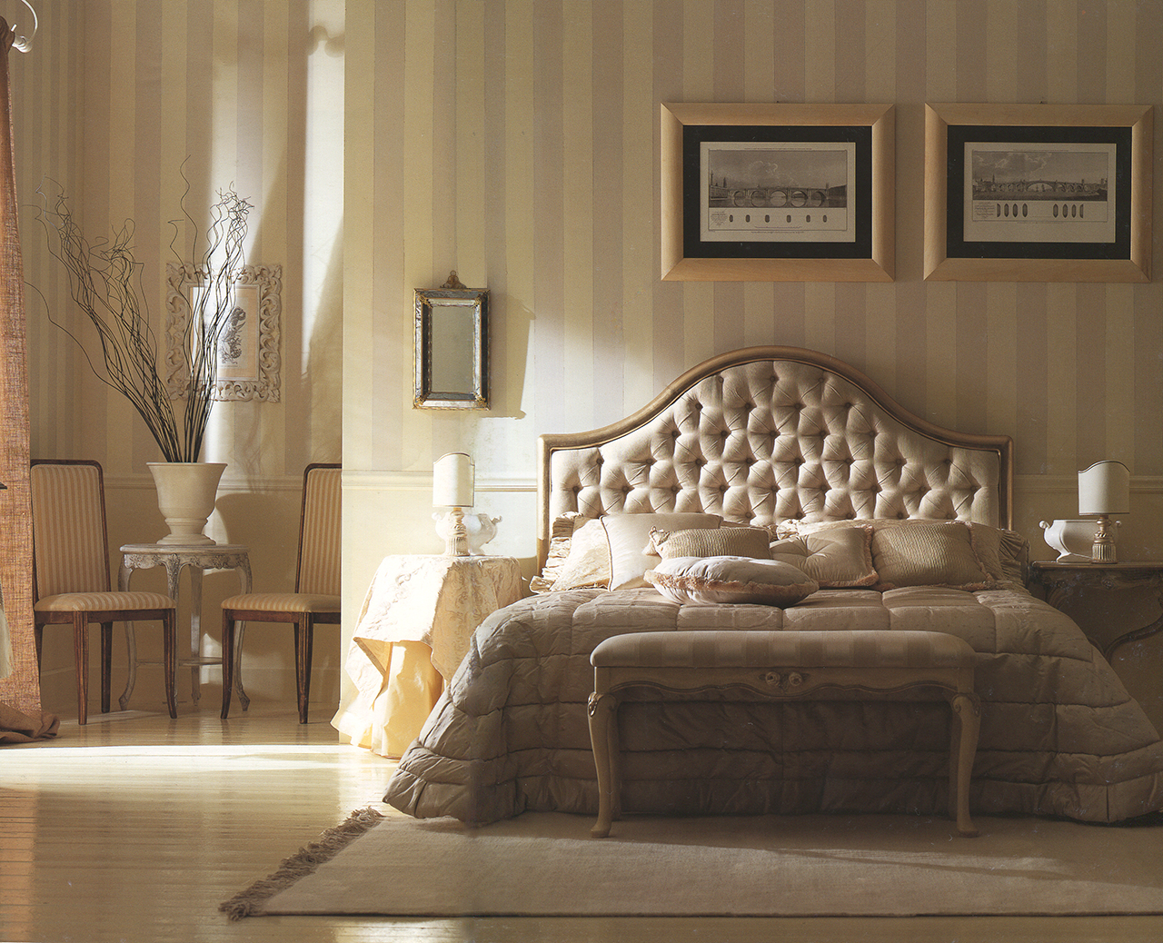 Кремово-коричневая мебель в классическом интерьере спальни