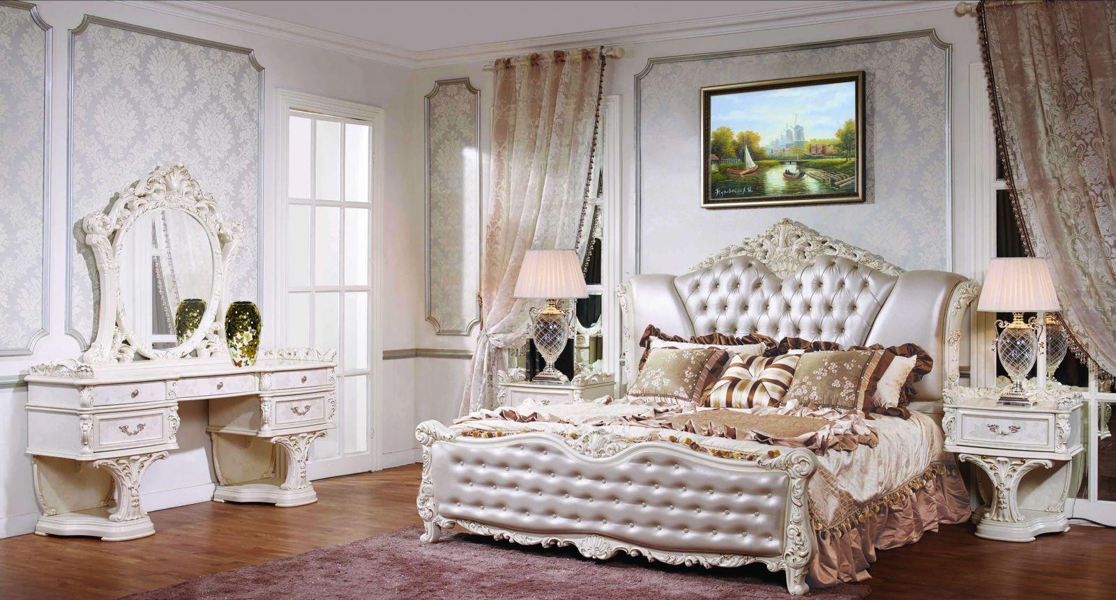 Серебристо-белая мебель в классической спальне