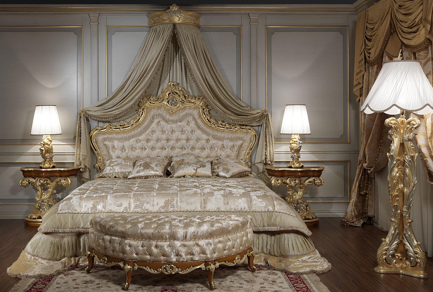 Красивая бежево-золотая классическая спальня
