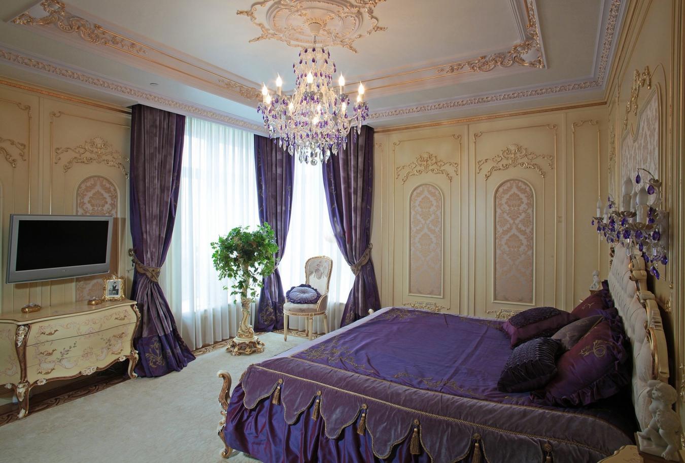 Красивый декор в бежево-фиолетовой классической спальне