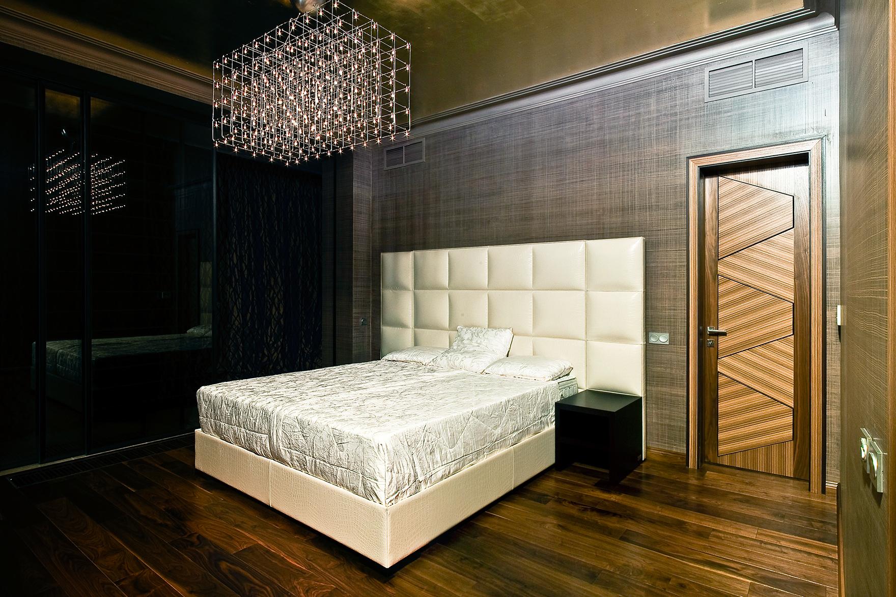 Необычная люстра в спальне