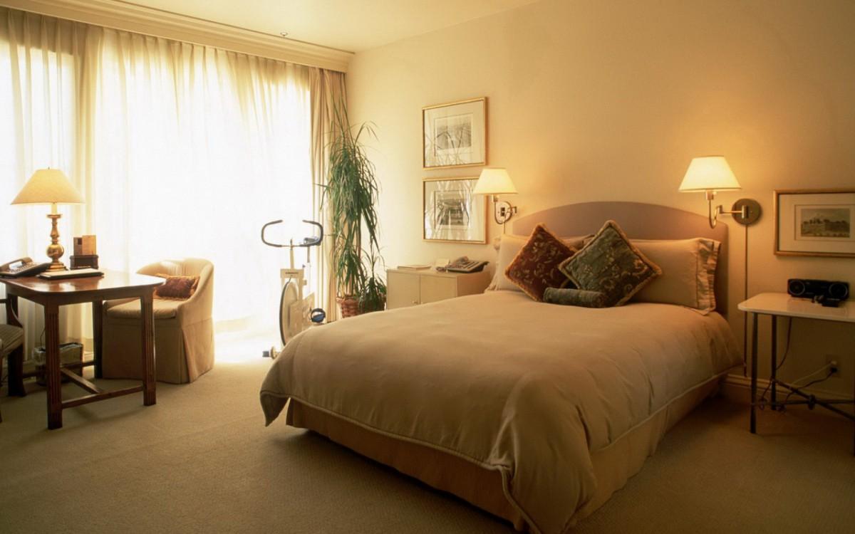 Настенные и настольная лампы в бежево-коричневой спальне