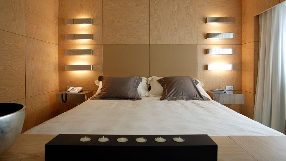 Современные настенные светильники в спальне
