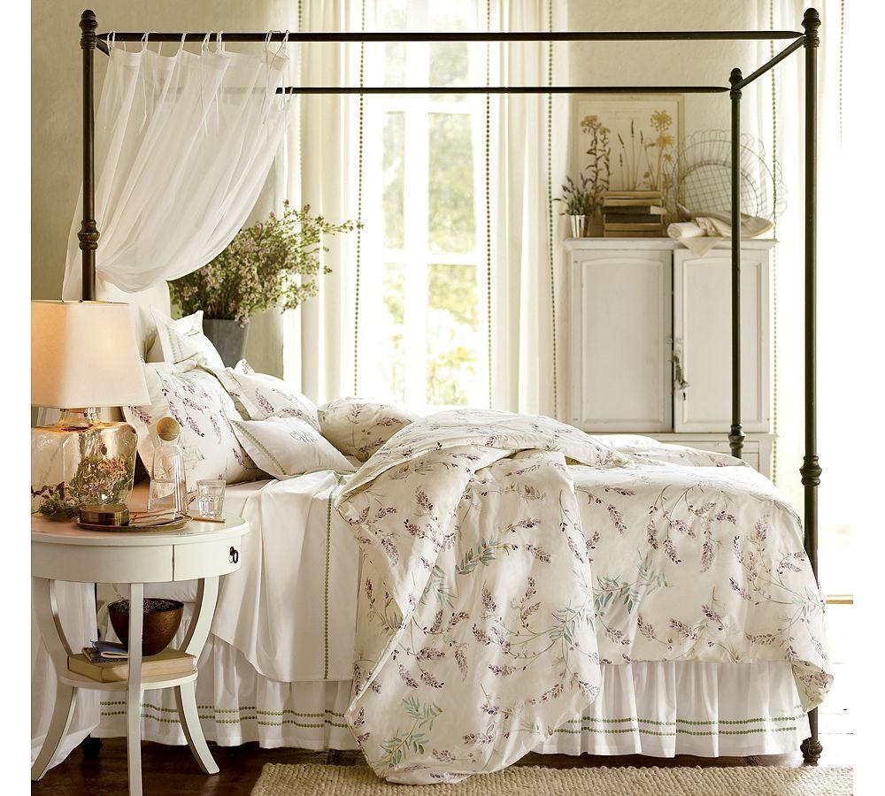 Красивая кровать с каркасом в спальне в стиле прованс