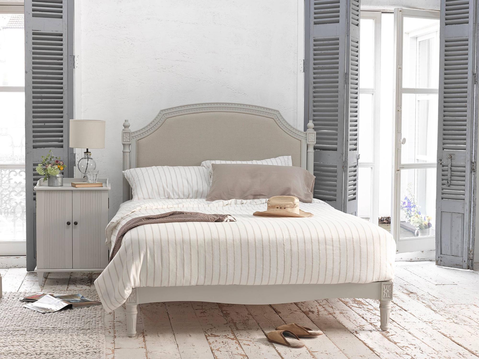 Уютная и просторная спальня в стиле прованс