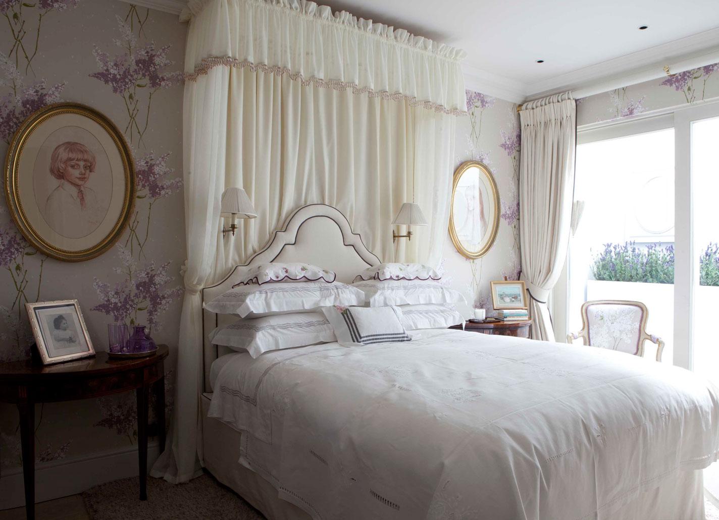 Красивая спальня в стиле прованс с цветочными обоями