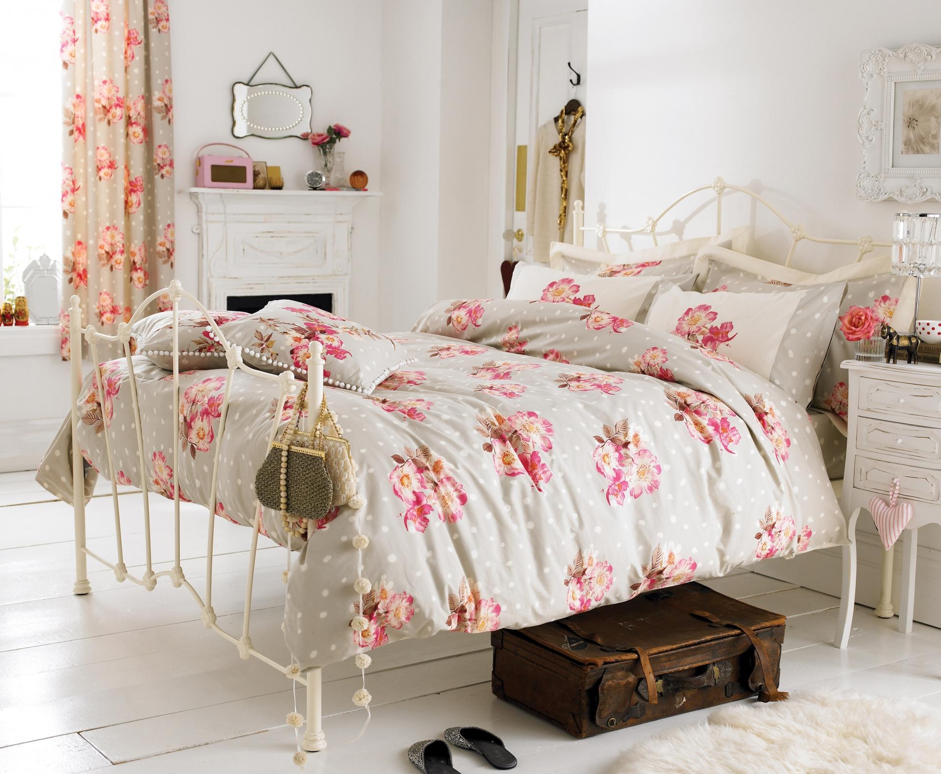 Цветочные принты в спальне в стиле прованс