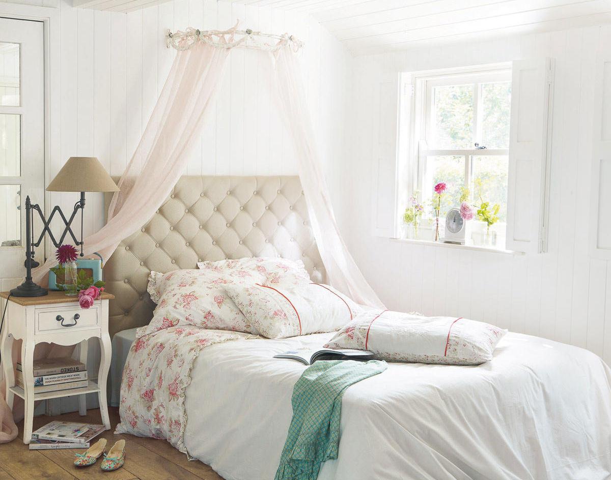 Небольшие окна в спальне в стиле прованс