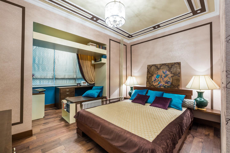 Спальня с переоборудованным балконом в рабочее место