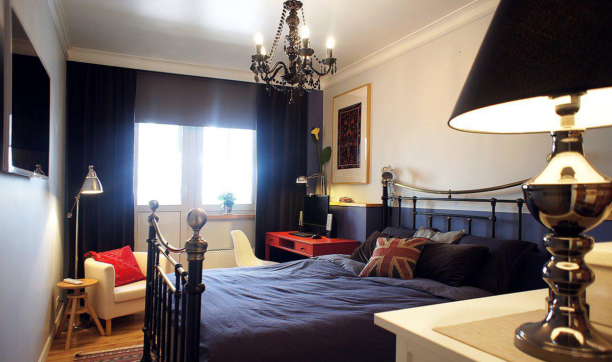 Красный рабочий стол в черно-белой спальне