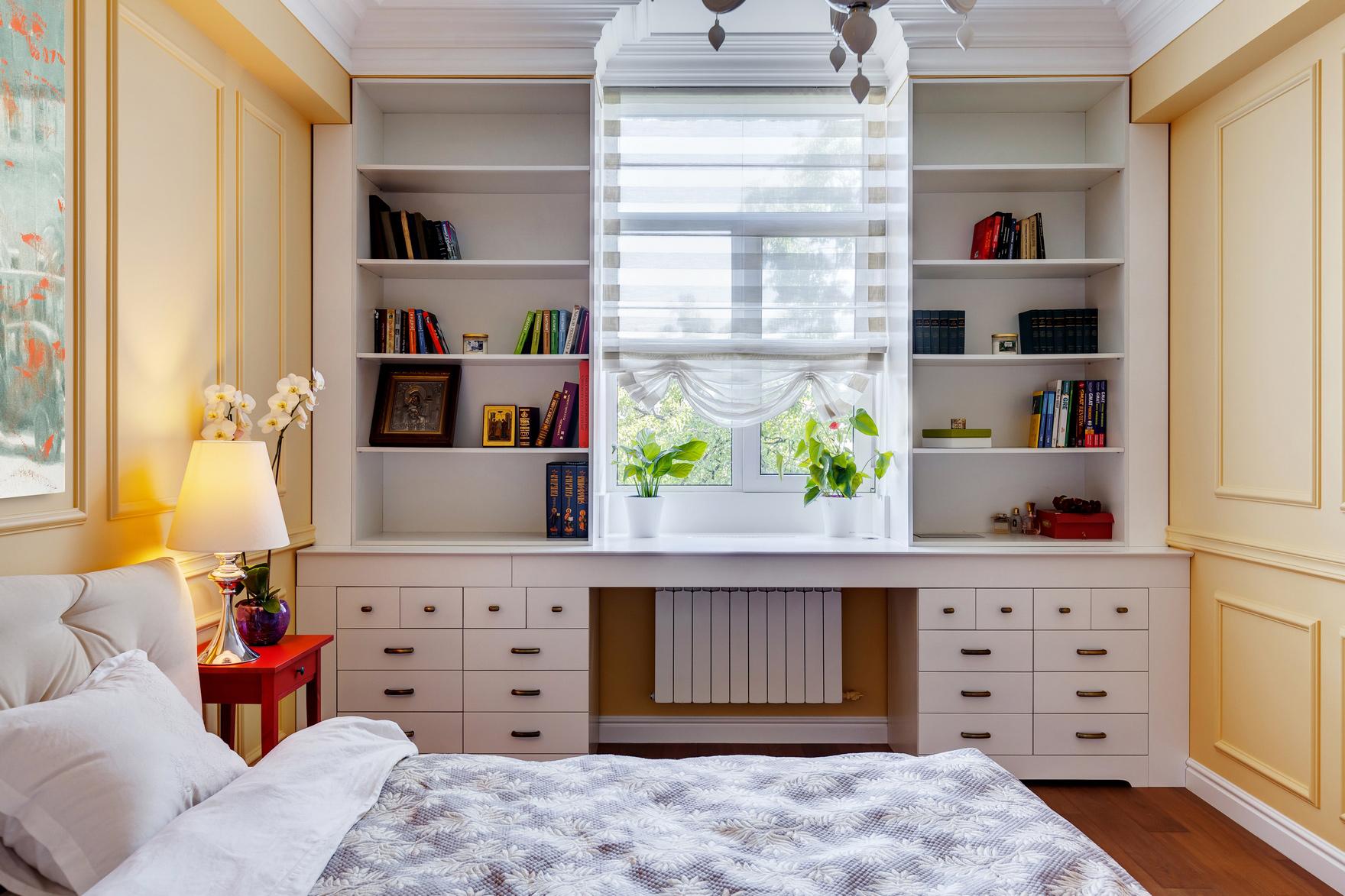Большой рабочий стол вдоль окна в спальне