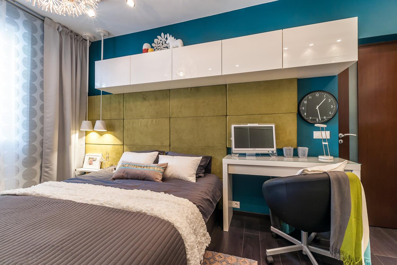 Современная яркая спальня с рабочим местом