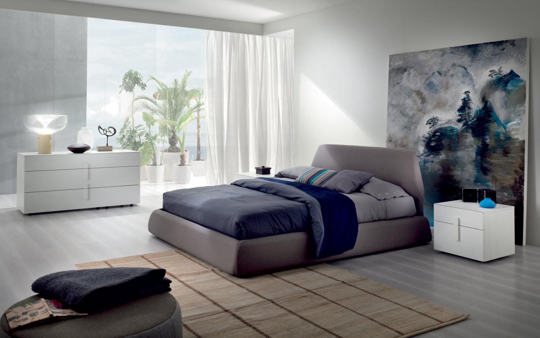 Уютная спальня в современном стиле с белыми стенами