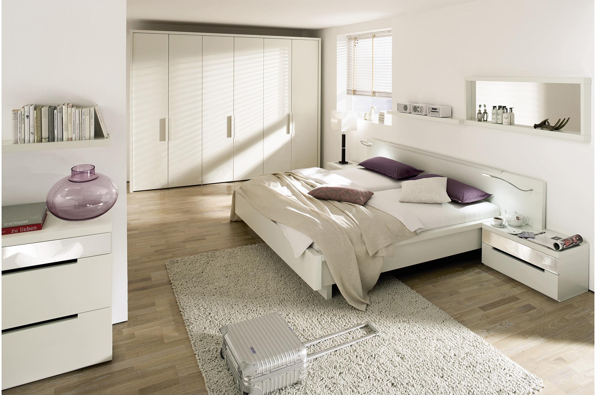 Бежево-белая современная спальня с фиолетовыми акцентами
