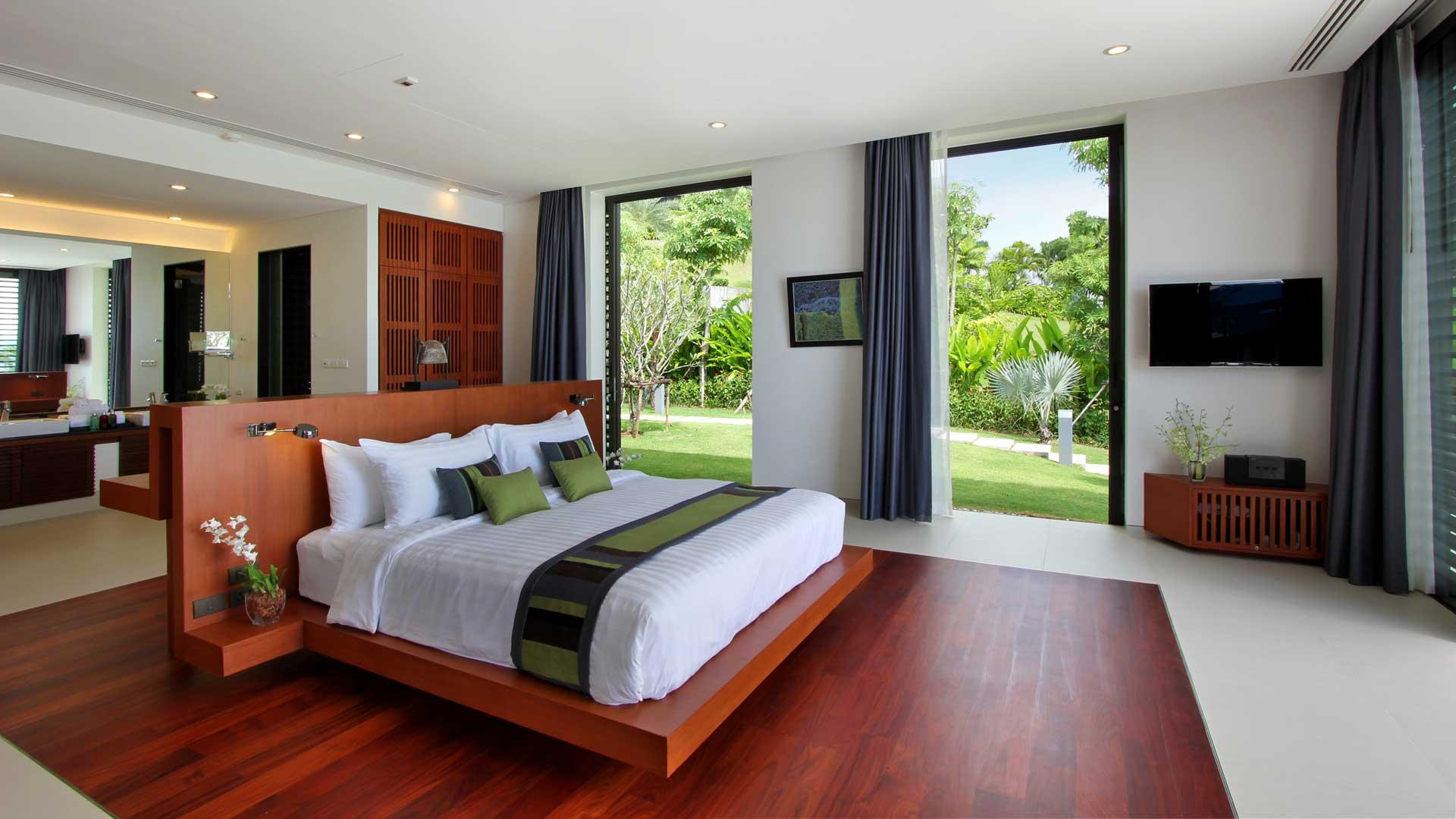 Красное дерево в дизайне современной спальни