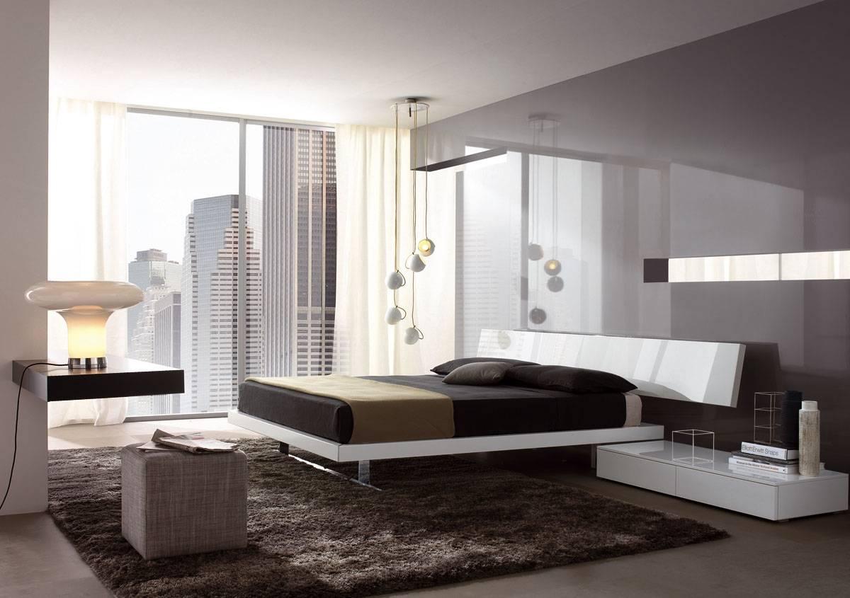 Глянцевая стена в спальне в стиле минимализм