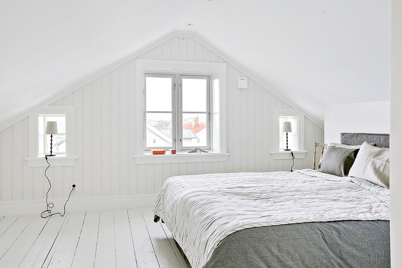 Спальня в скандинавском стиле в мансарде дома