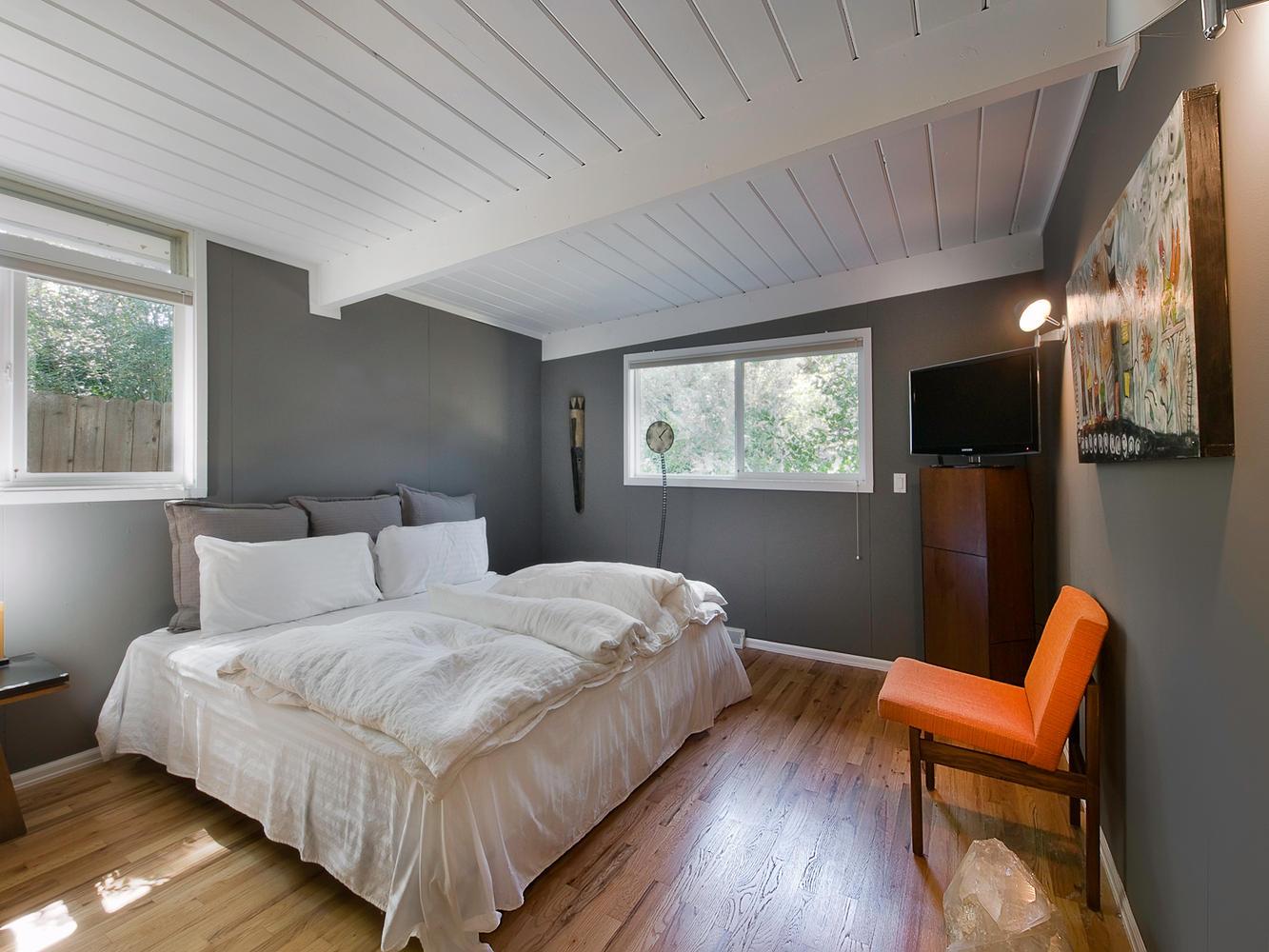 Небольшая спальня в скандинавском стиле в доме