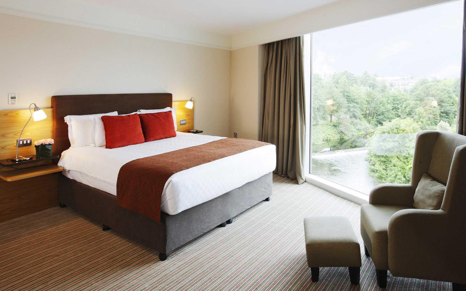 Уютная спальня в стиле модерн с большим окном
