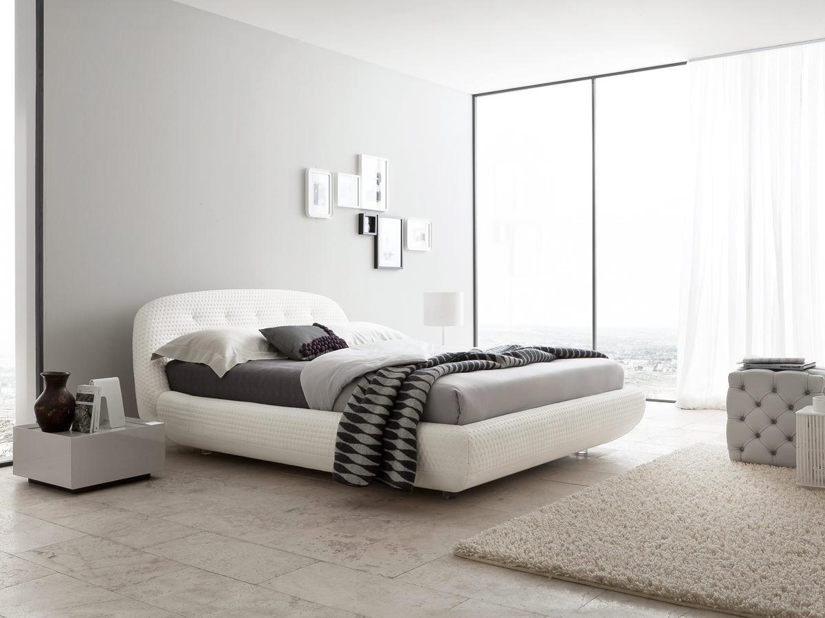 Большие окна в спальне в стиле модерн