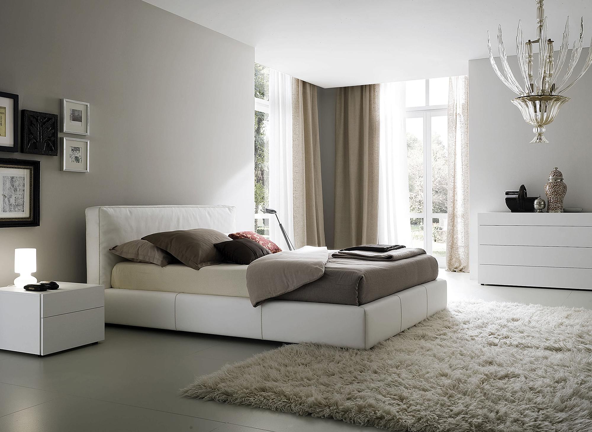 Легкие льняные шторы в спальне