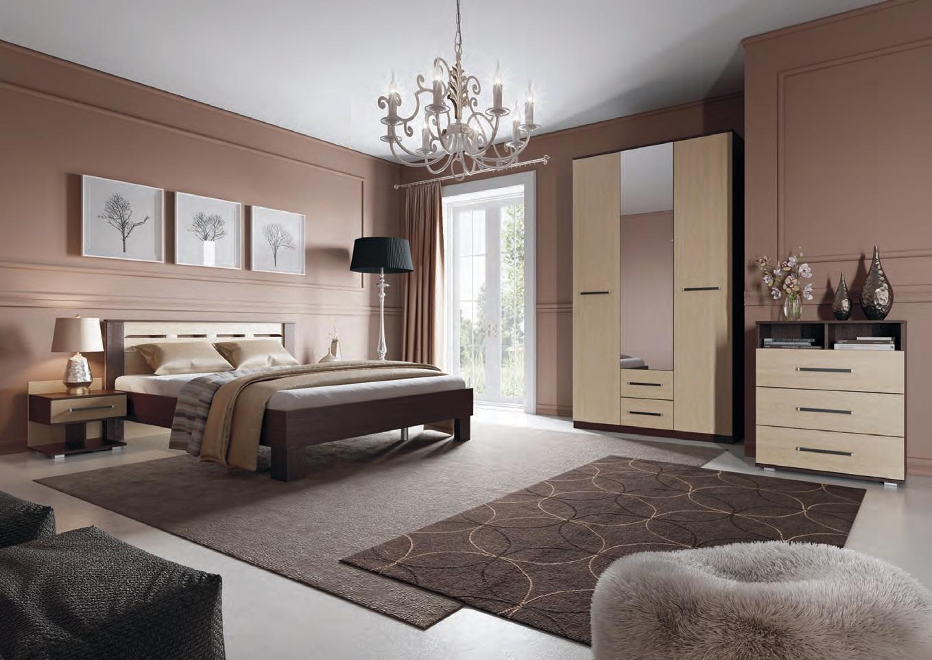 Красивая люстра в бежево-коричневой спальне в стиле модерн