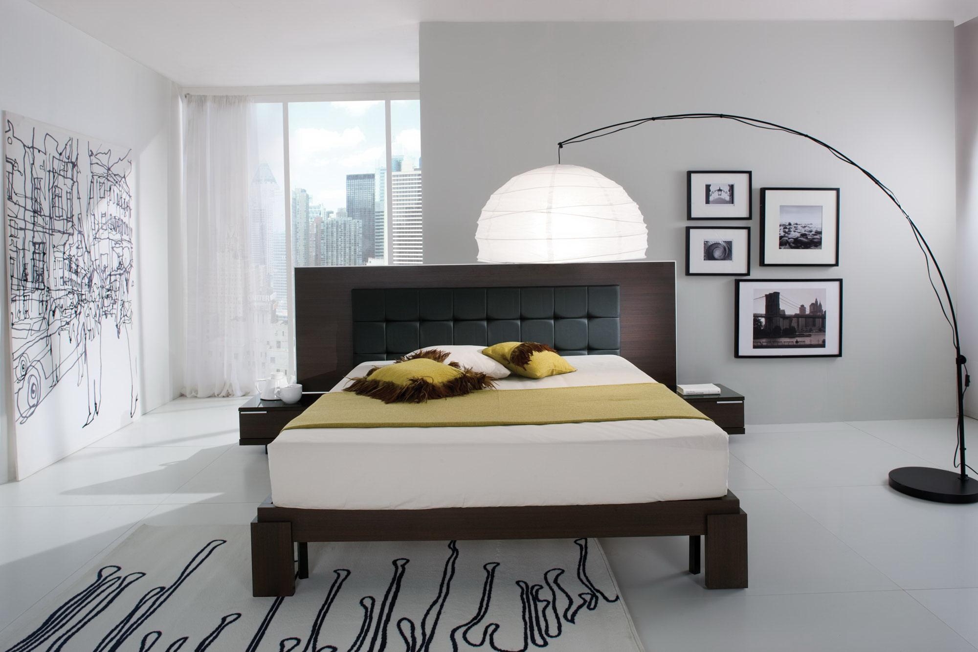 Большой напольный светильник в интерьере спальни в стиле модерн