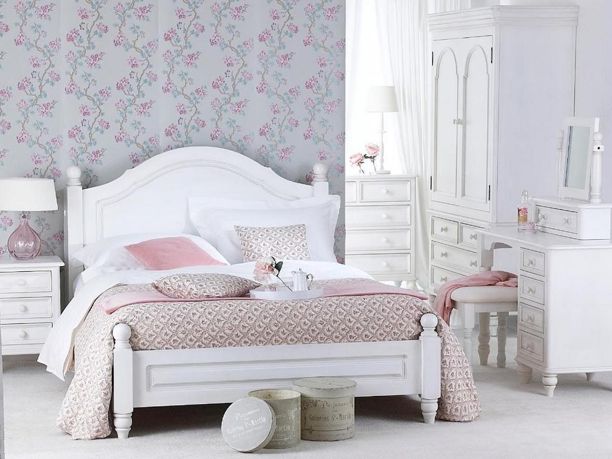 Спальня с нежными цветочными узорами в стиле шебби-шик