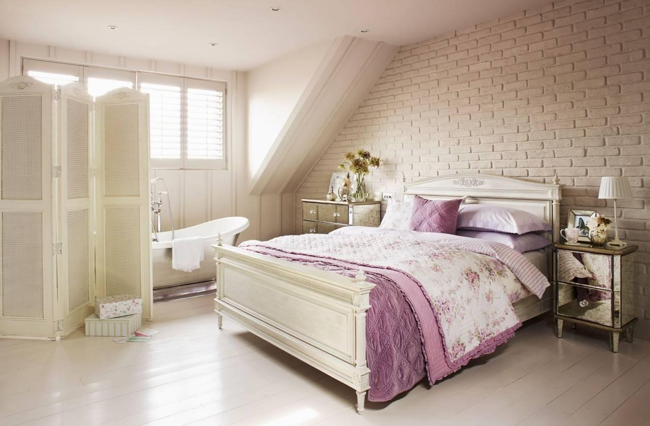 Спальня со стеной под кирпич в стиле шебби-шик