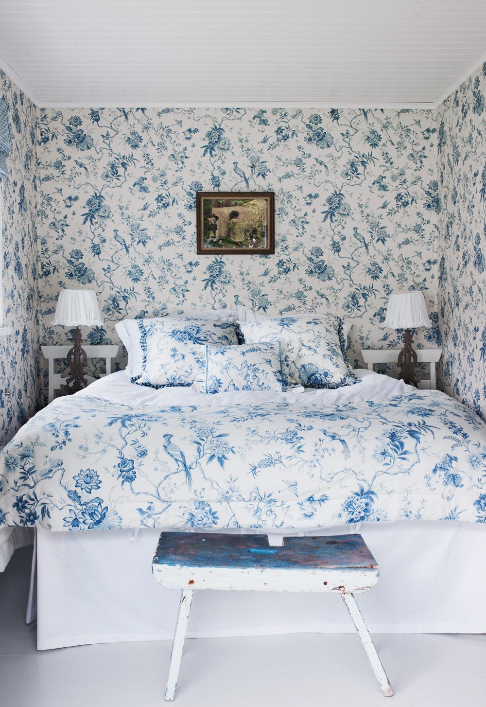 Бело-голубая спальня в стиле шебби-шик