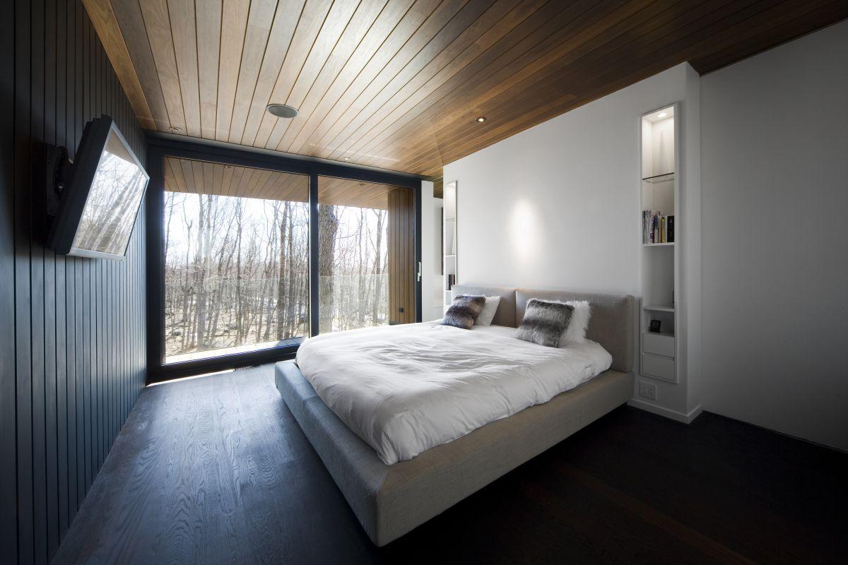 Коричнево-белая спальня в стиле хай-тек