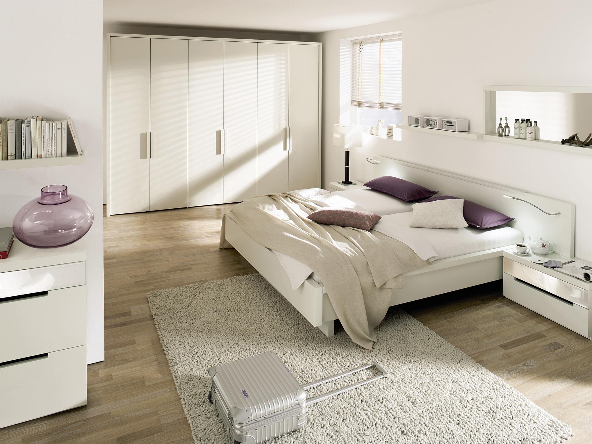 Белая спальня в стиле хай-тек с бежевыми и фиолетовыми акцентами