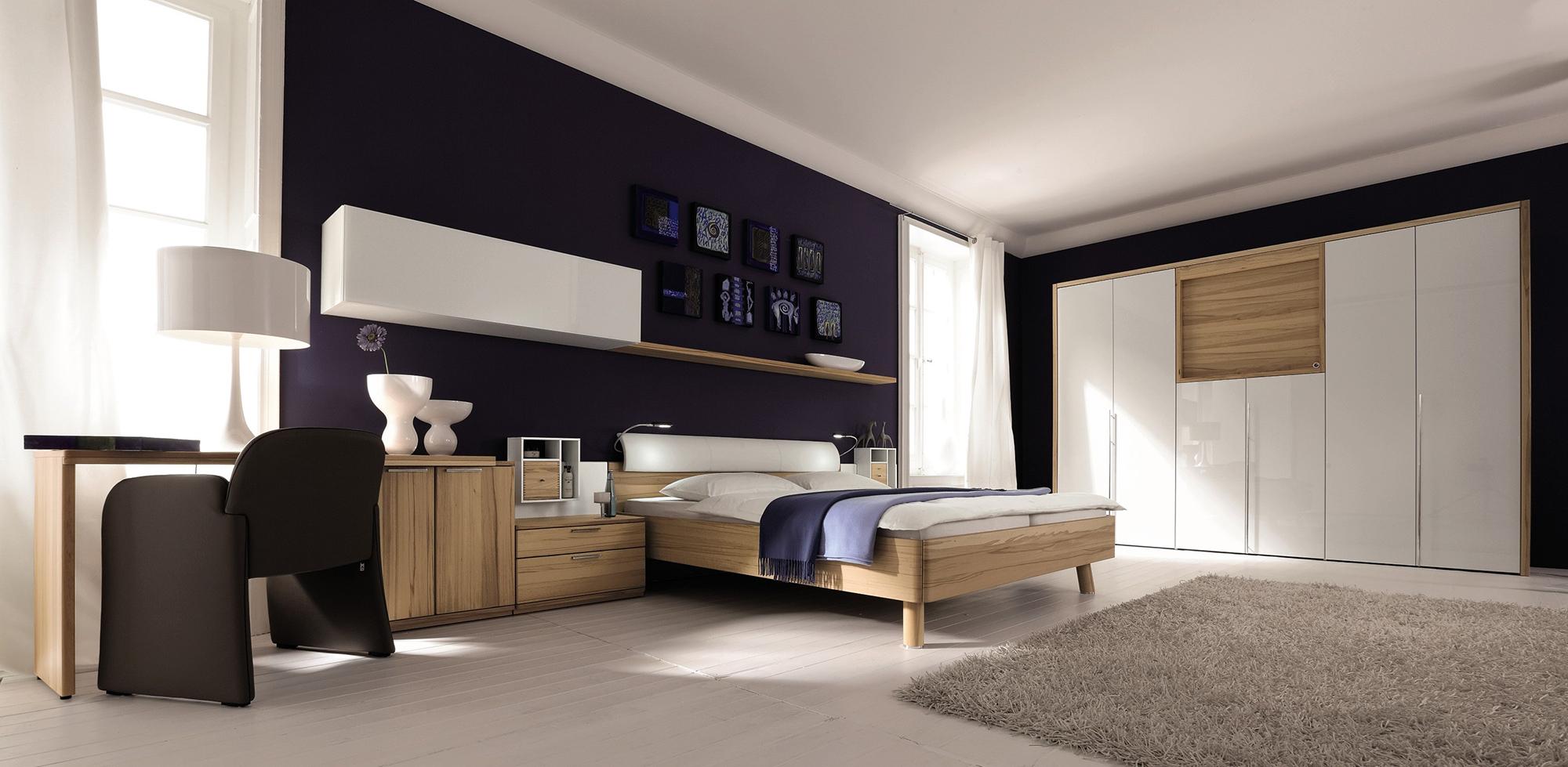 Темно-фиолетовые стены в спальне в стиле хай-тек