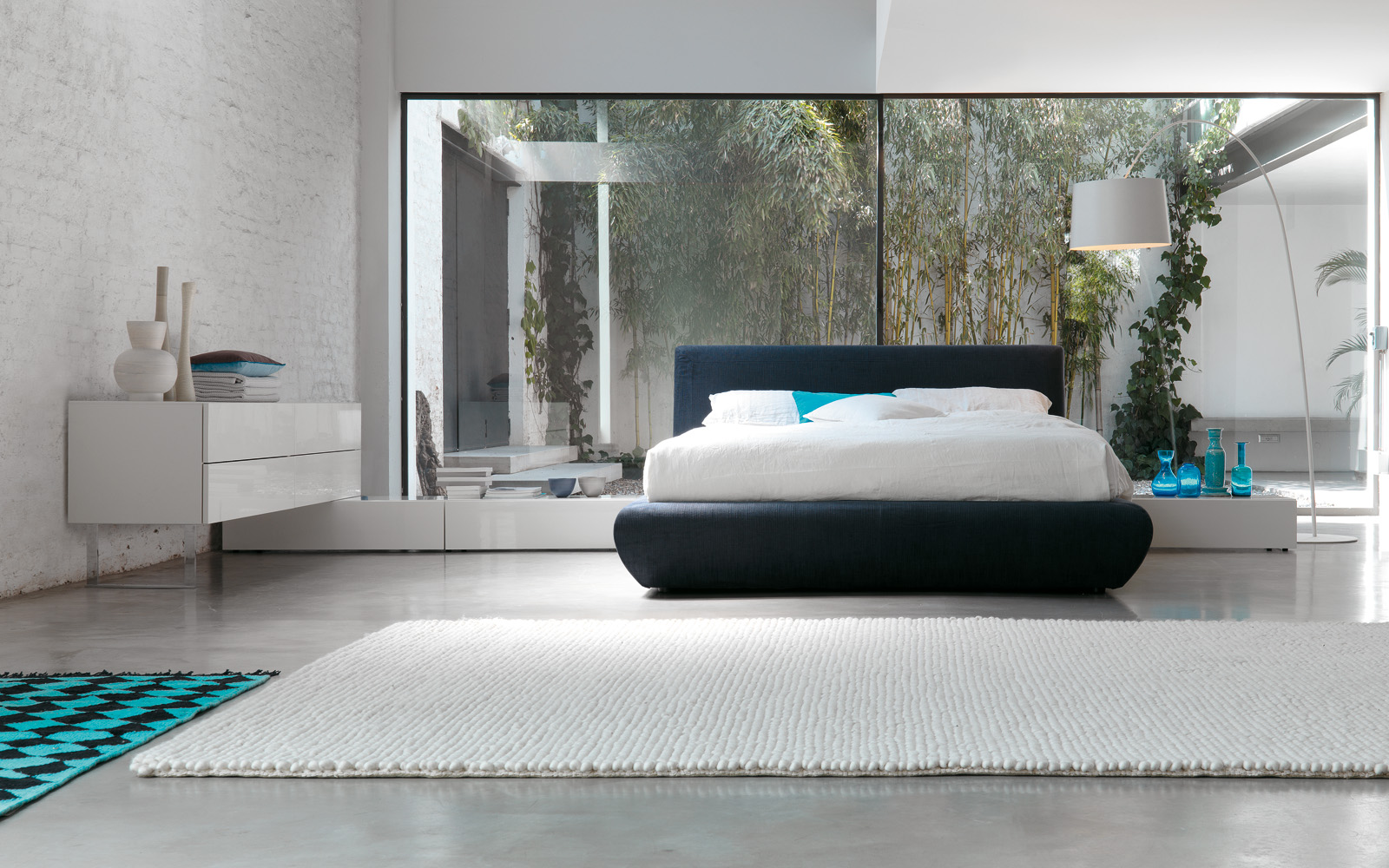 Большие окна в спальне в стиле хай-тек