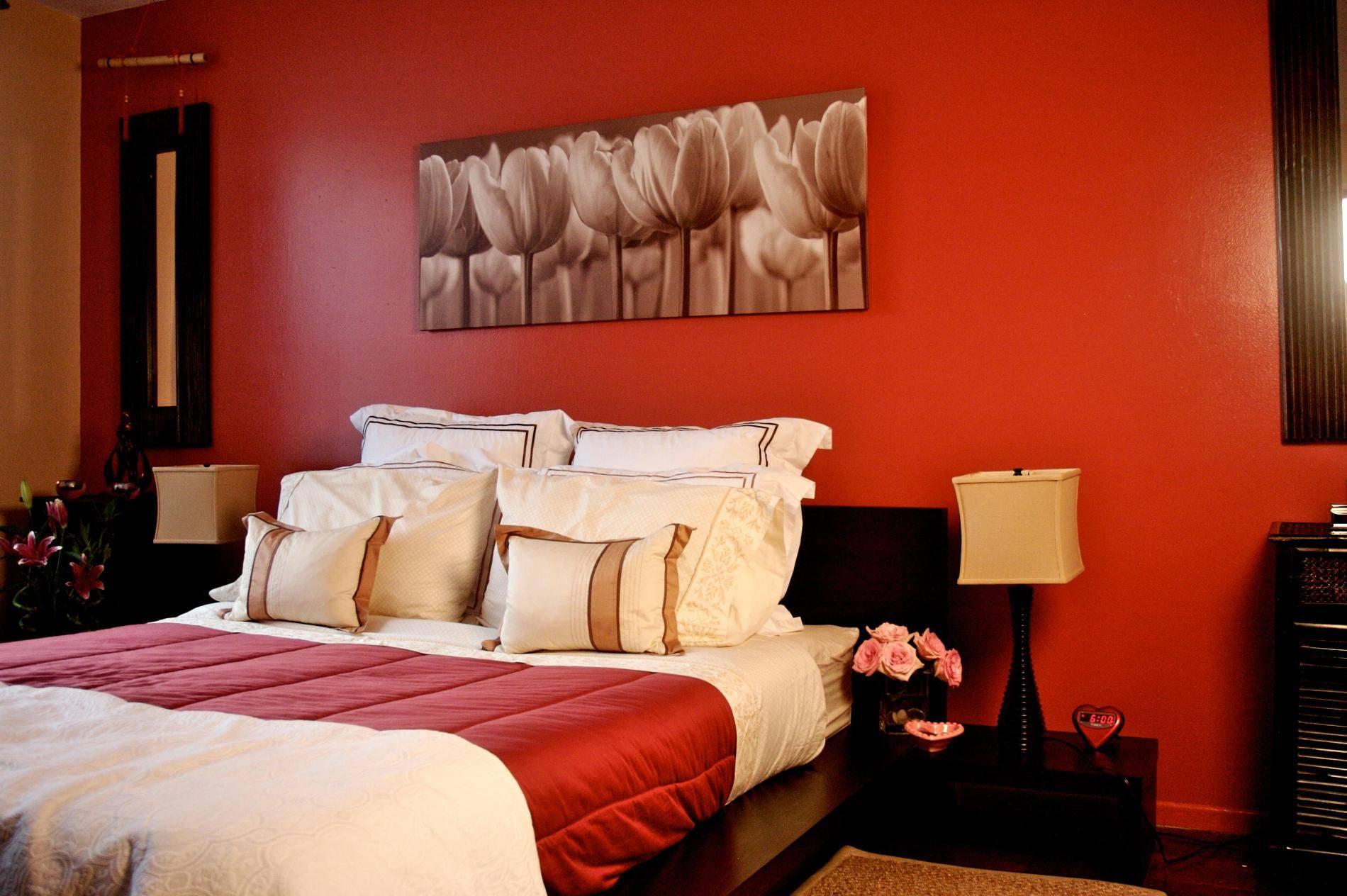 Спальня с красной стеной и акцентом на постельном белье