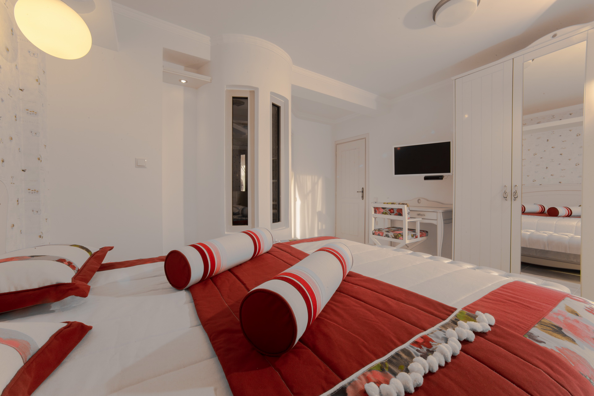 Большая красно-белая спальня