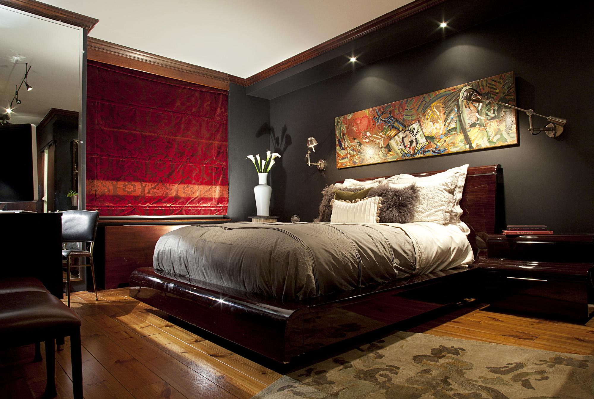 Точечное освещение и настенная лампа в спальне с красными шторами