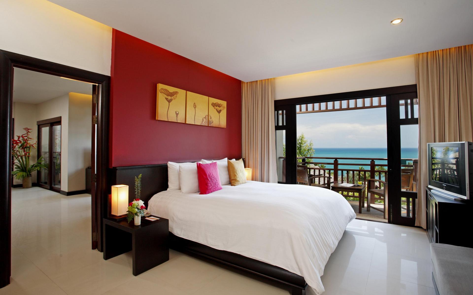 Красная стена позади кровати в спальне