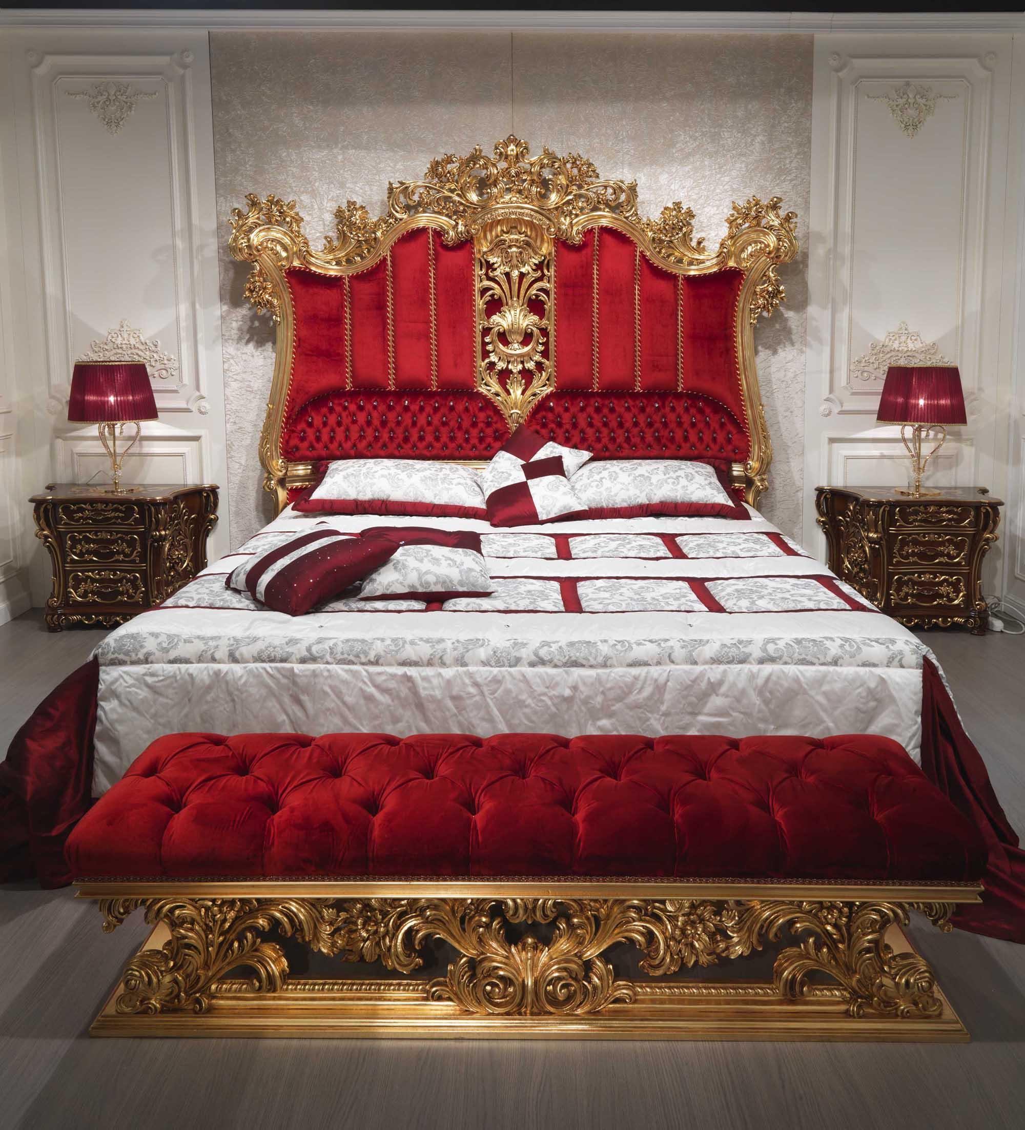 Роскошная классическая спальня с красными акцентами